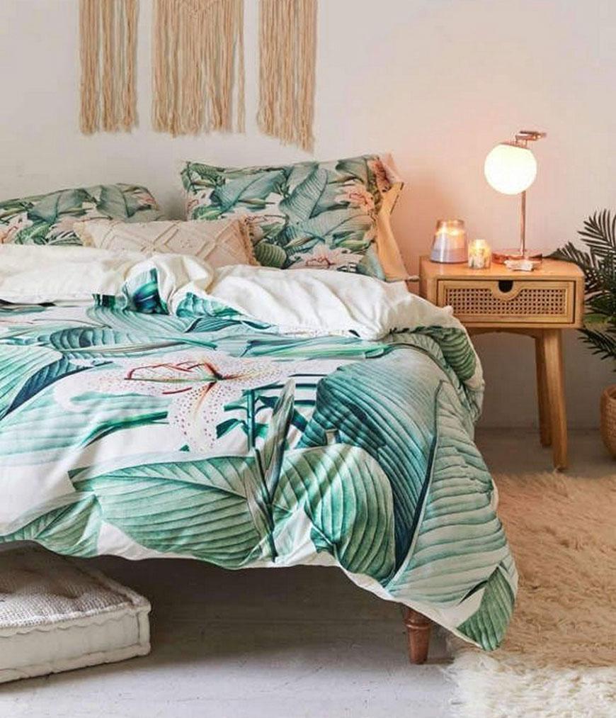 Dormitorio con decoración tropical